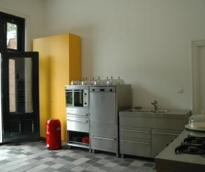 moderne keuken die is ingericht met losse roestvrijstalen elementen ...