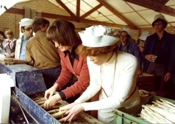 v.l.n.r. Marjan Hartman en Ine Droogh-Goossens sorteren alvast
