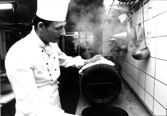 Chef de Cuisine Adriaan de Jong heeft net forellen gerookt