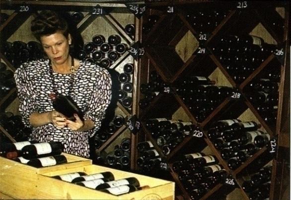Ine Droogh-Goossens in de wijnkelder van de Graaf van het Hoogveen