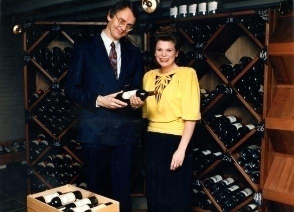Hubrecht Duijker en Ine Droogh-Goossens in de nieuwe wijnkelder van 'De Graaf van het Hoogveen'