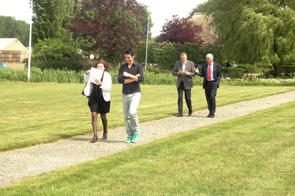 Ine Goossens en Cédric Bouchard met op de voet gevolgd door Gerrit Greveling en Cees Helder op weg naar de heli van Inter Scaldes