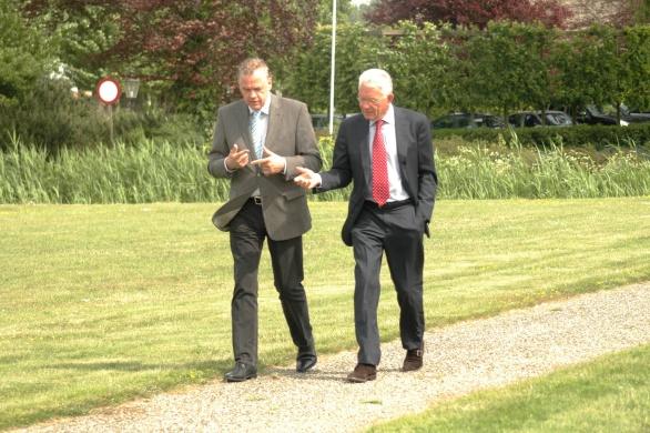 Gerrit Greveling en Cees Helder in diep gesprek op weg naar de heli van Inter Scaldes