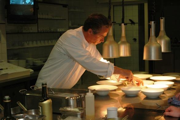 Inter Scaldes! Een hemels zinneprikkelende keuken die de heersende trends ontstijgt met twee Michelin sterren die door nationale en internationale kenners veel hoger wordt gewaardeerd en heel goed zou passen in de prestigieuse Pellegrino Top 50 van 's werelds beste restaurants.