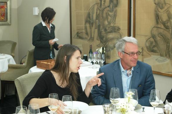 Emilie in gesprek met belgische gast aan huis in Inter Scaldes de Heer van Ermen
