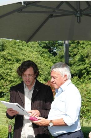 Ries van der Vlugt van Just Add Wine overhandigt Willem Kool DER CHAMPAGNE EICHELMANN en LE ROUGE & LE BLANC. Gerhard Eichelmann en Jean-Marc Gatteron konden helaas niet aanwezig zijn