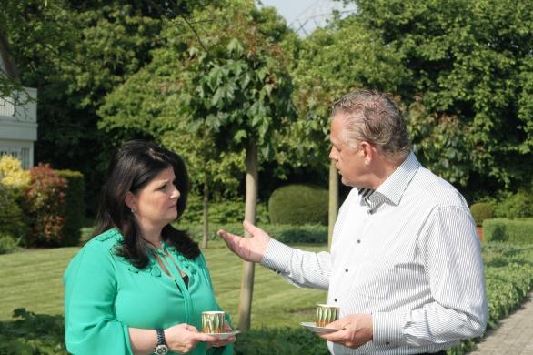 Gerrit Greveling, de gevierde voorzitter van de Alliance Gastronomique Néerlandaise in een onderonsje met Claudia Brevet van Manoir Inter Scaldes