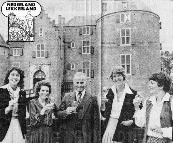 De burgemeester van Ammerzoden, mr. Haye Galama, brengt met de deelneemsters Irene Teulings, Ine Droogh-Goossens, Annemiek van Trojen en Catoke van Cleef (v.l.n.r.) een toost uit op Nederland-Lekkerland