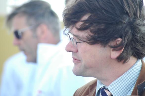 Journalist Pieter van Erven Dorens van het Stan Huygens Journaal genoot en at en schreef alles op