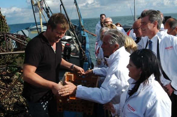 Onder het toeziend oog van de moeder van oud-premier Balkenende en Claudia Brevet kreeg topman Carol Dona op de Beatrix II het eerste mandje platte  oesters overhandigd