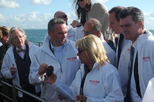 Op de voorgrond Prof.Dr.Anton van der Geld die zorgt voor balans in ons leven en Transavia-topman Bram Gräber in oestergeprek met Marianne Dona de echtgenote van Ricoh-topman Carol Dona