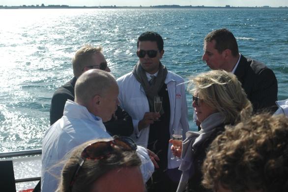 Terwijl Maître Sommelier Arnold Zwartkruis Champagne Inflorescence schenkt treffen wij in een met zonovergoten onderonsje v.l.n.r. Oud-minister Willem Vermeend en Directors of Sales & Marketing van het Amsterdamse The Grand