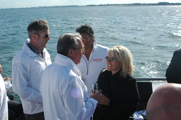 Bright sunny day! V.l.n.r. Kunstenaar Michel Poort in gesprek met Pamela Dona en haar echtgenoot Marc Cox