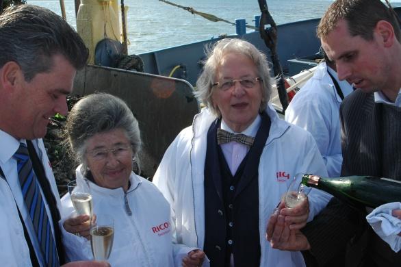 Voor de moeder van oud-premier Balkenende schenkt Maître Sommelier Arnold Zwartkruis graag nog een glaasje!