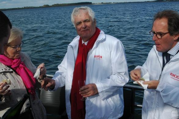v.l.n.r. Het echtpaar Maij en Burgemeester van 's-Hertogenbosch Ton Rombouts laten zich de Oosterschelde paling goed smaken