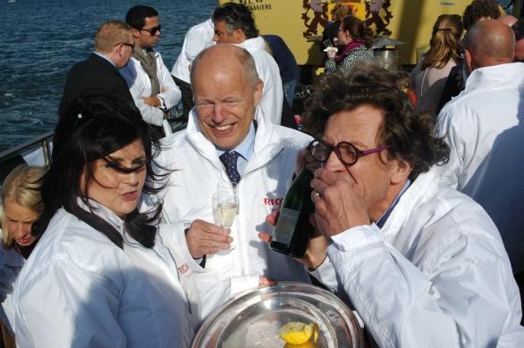 Ries van der Vlugt van Just Add Wine, Oud-minister Willem Vermeend en Claudia Brevet bruisende verbroedering