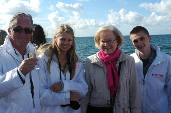 v.l.n.r. Jong en oud gekiekt! Ricoh-topman Carol Dona, Emma vriendin van Niels Brevet, Oud-minister Hanja Maij-Weggen en Niels Brevet