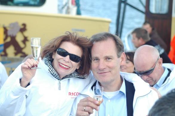 Netwerker en Member of the Managing Ricoh-Board proost met Ine Goossens van Just Add Wine op een fantastische dag en op een zalige Champagne
